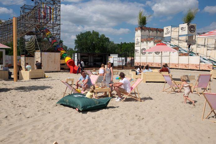 Met de voeten in het zand genieten van een drankje: het kan in zomerbar '360 Beach'.