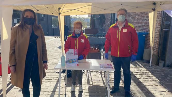 """Burgemeester Gwendolyn Rutten steunt 60ste stickeractie van Rode Kruis Aarschot, """"Uiteindelijk koop je veel meer dan een sticker"""""""