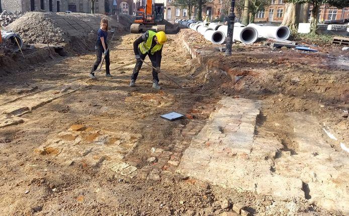 Ter hoogte van het Iers monument in Ieper stootten archeologen op resten van een bisschoppelijk paleis.