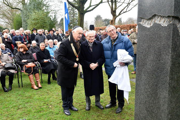 De onthulling van Holocaustmonument 'Verscheurd maar niet gebroken' in Barneveld.