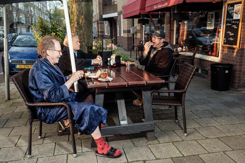 Als klanten tussen 06.00 en 07.00 uur in hun bad- of ochtendjas komen ontbijten, krijgen ze korting bij café de Amstel. Beeld Jakob van Vliet