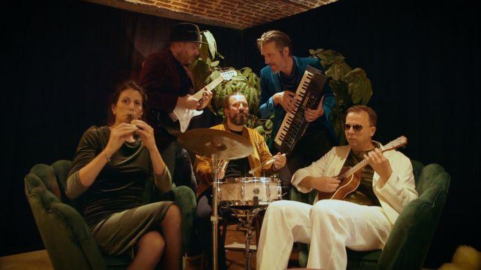 De band Pacmadam met frontvrouw Isolde Clarys, bassist Yves Debaes, drummer Renaat Bourgeois, toetsenist Bjorn Vande Vyvere en gitarist Wouter Landuyt komt naar de Bosmolens Ommegangsfeesten.