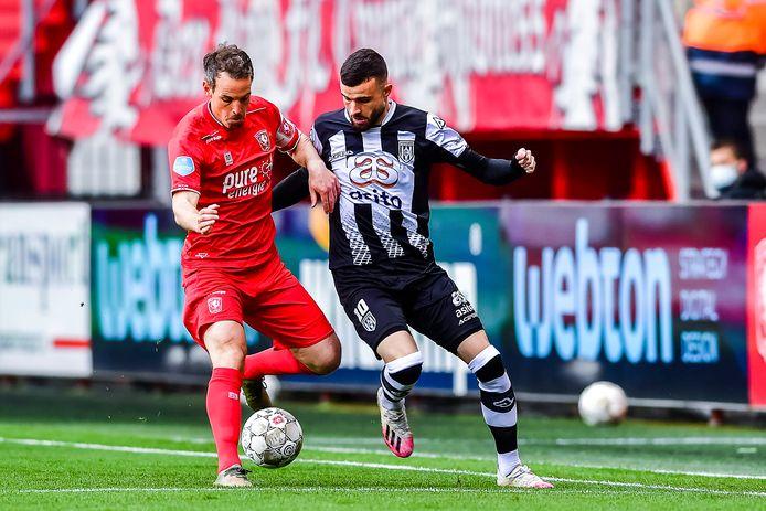 Wout Brama schermt de bal af in het duel met  Rai Vloet, afgelopen zaterdag in de Twentse derby.