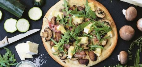 Wat Eten We Vandaag: verse pizza met brie, ham en champignons