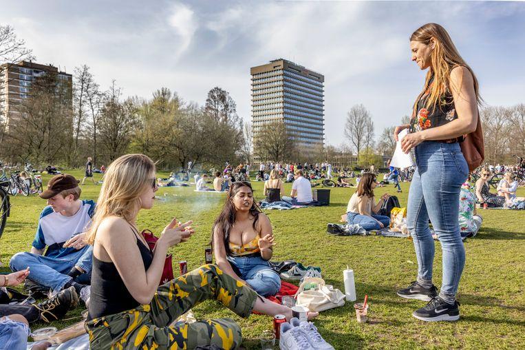 Antropologe Lianne Cremers (rechts) in gesprek met studentes Sharonne Pritipalsingh (midden) en Gaia Vonk (links). Beeld Jean-Pierre Jans