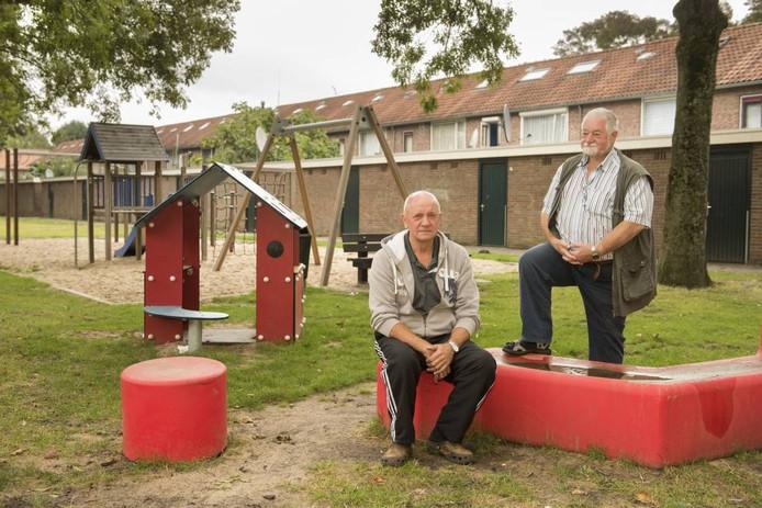 Buurtbewoners Bas Rijndorp en Koos Gouka zijn de overlast zat.