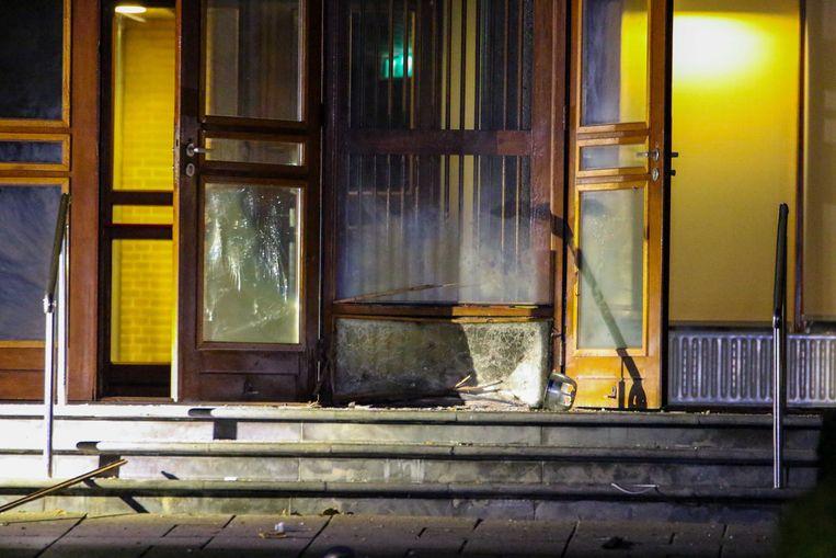 De politie onderzoekt de schade na een harde knal die is gehoord door omwonenden van de Mieraskerk in Krimpen aan den IJssel.  Beeld ANP