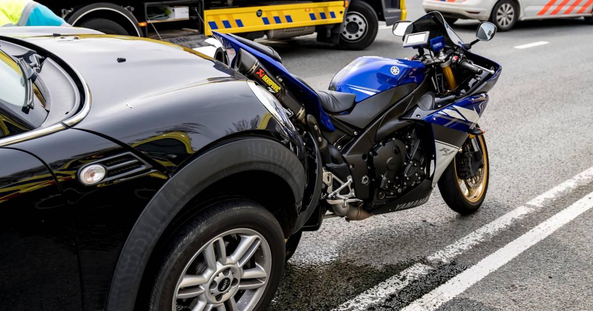 Motorrijder gewond bij aanrijding op A59: traumahelikopter opgeroepen en weg afgesloten.