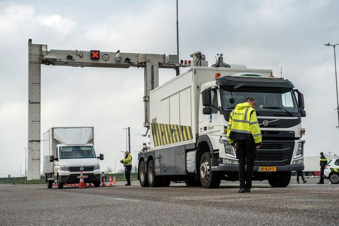 Met een van de douane in de haven van Vlissingen geleende scannerwagen werd op Hazeldonk maandag de lading van vrachtwagens doorgelicht.