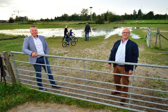 Bewoners Remco Schoonderwoerd (links) en Ton Verkleij op de plek aan de Tweede Moordrechtse Tiendeweg in Gouda waar de gemeente vijf skaeve huse ('Gouwe huse') heeft ingetekend.