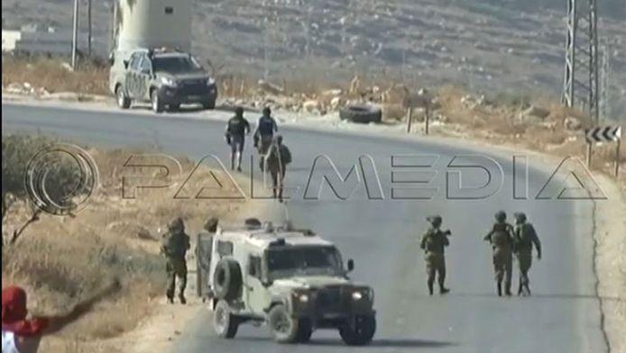 Screenshot uit beelden van de mishandeling. De twee achterste mannen zijn de AFP-journalisten.