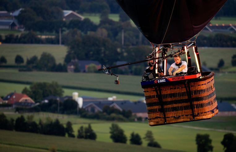 Sefa draait zijn set in een luchtballon voor Mysteryland. Beeld Hollandse Hoogte /  ANP
