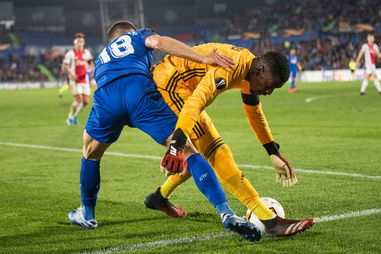 Getafe's Mauro Arambarri probeert Bruno Varela de bal nog af te snoepen.