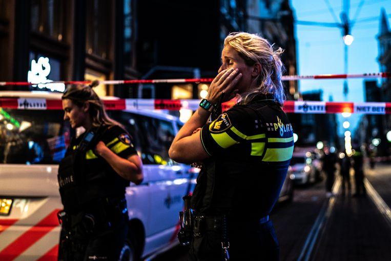 Politie in de Leidse Dwarsstraat in Amsterdam, waar Peter R. de Vries werd neergeschoten. Beeld Joris van Gennip