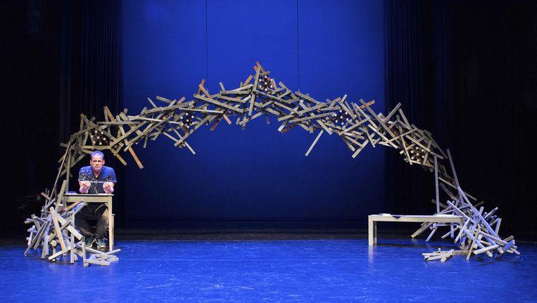 Cabaretier Erik van Muiswinkel in het decor van zijn nieuwe voorstelling De Oplossing in theater Het Speelhuis Beeld ANP Kippa