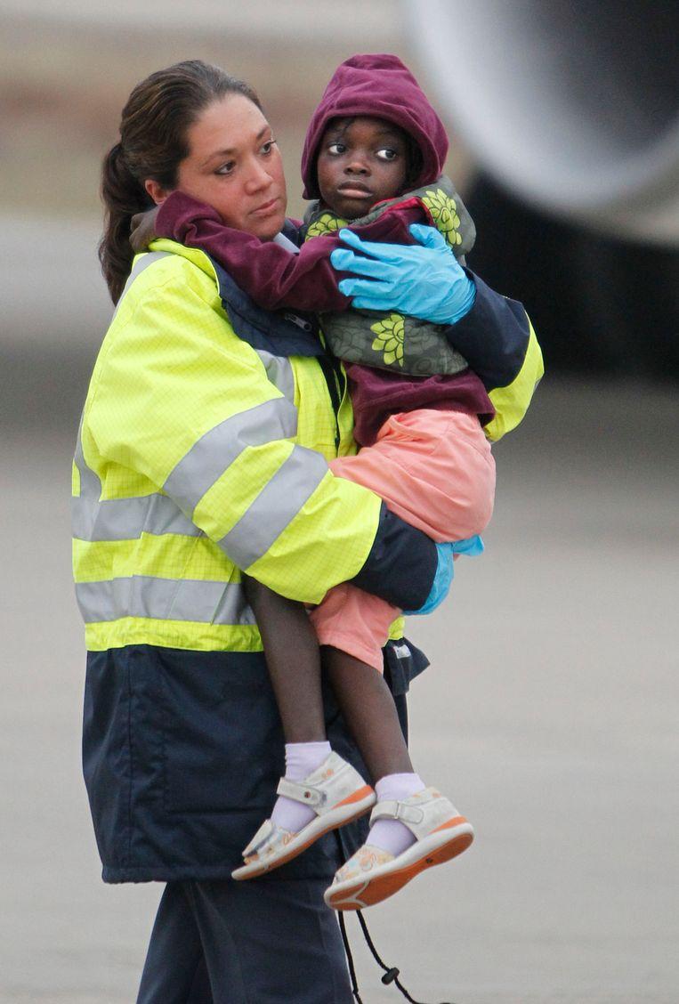 In januari 2010 werden 92 weeskinderen uit Haïti in Eindhoven opgewacht door hun Nederlandse adoptieouders.  Beeld Hollandse Hoogte /  ANP