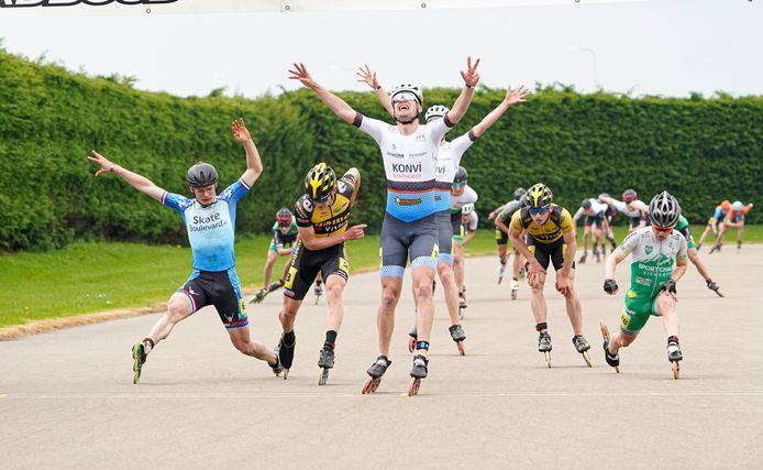Marthijn Mulder uit Staphorst is zichtbaar geroerd als hij als winnaar de streep passeert.