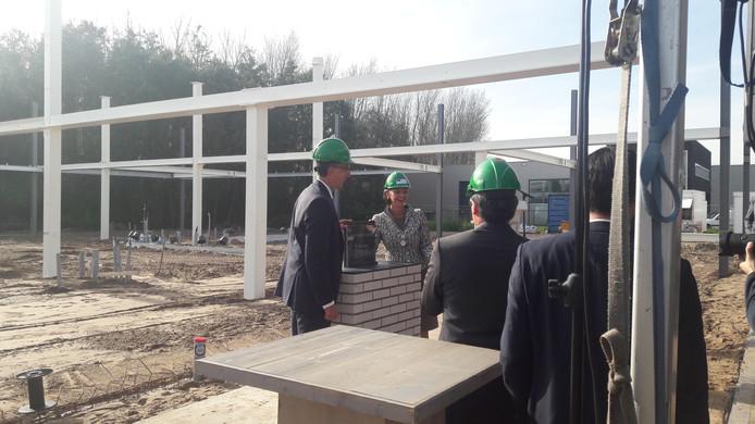 Burgemeester Blanksma legde donderdagochtend de eerste steen bij de start van de bouw van het nieuwe kantoorpand van Xycarb.