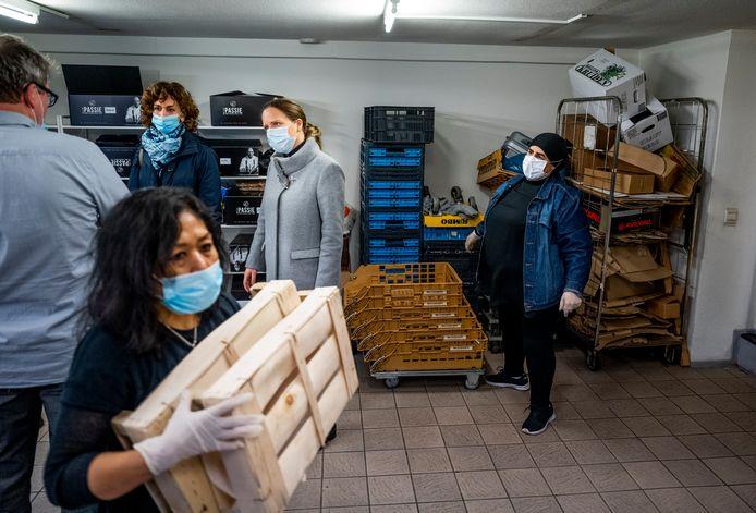 Demissionair minister Carola Schouten van Landbouw neemt een kijkje bij Weggeefwinkel Yess!, ze delen voedselpakketten uit aan mensen die geen geld voor eten hebben in Rotterdam-West.