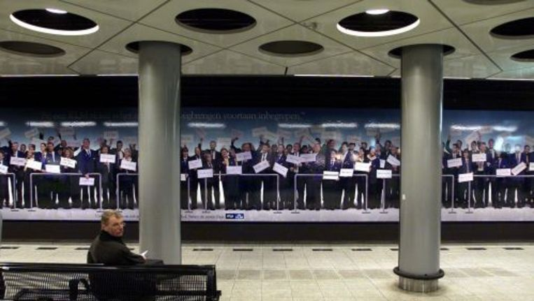 Een reiziger wacht op NS-station Schiphol. ANP Beeld