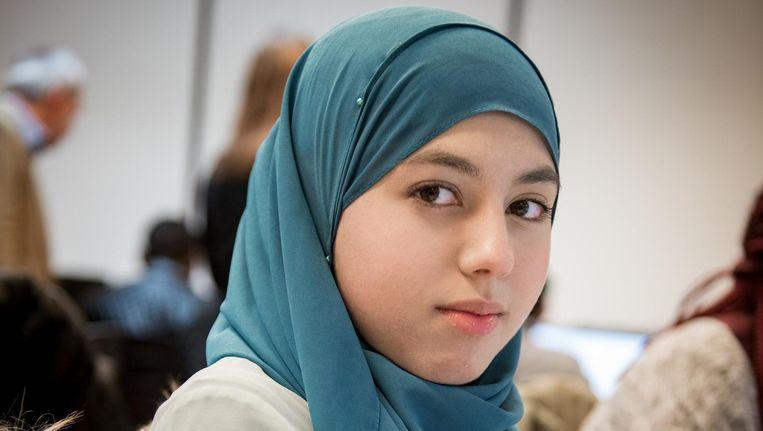 Manar Issa (16): 'Ik ben van het midden, ik wil iedereen tevreden houden' Beeld Marijke Stroucken