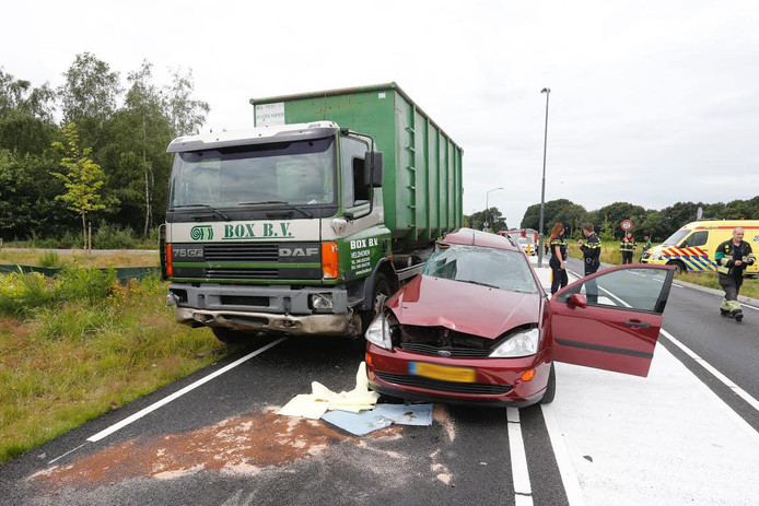 De auto werd in de zijkant geraakt door een vrachtwagen