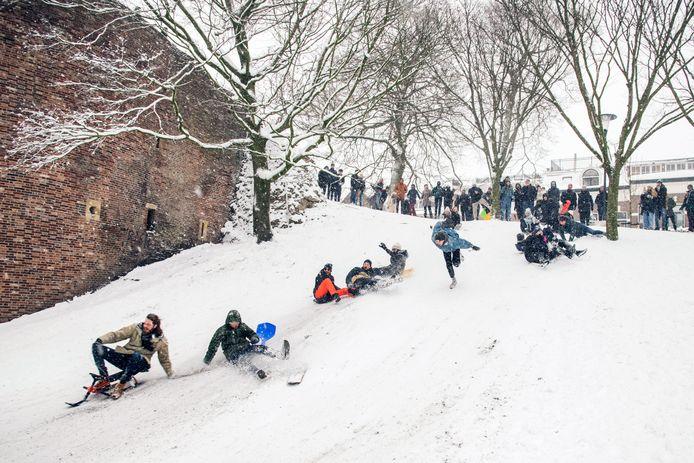Sneeuwpret in het Kronenburgerpark.