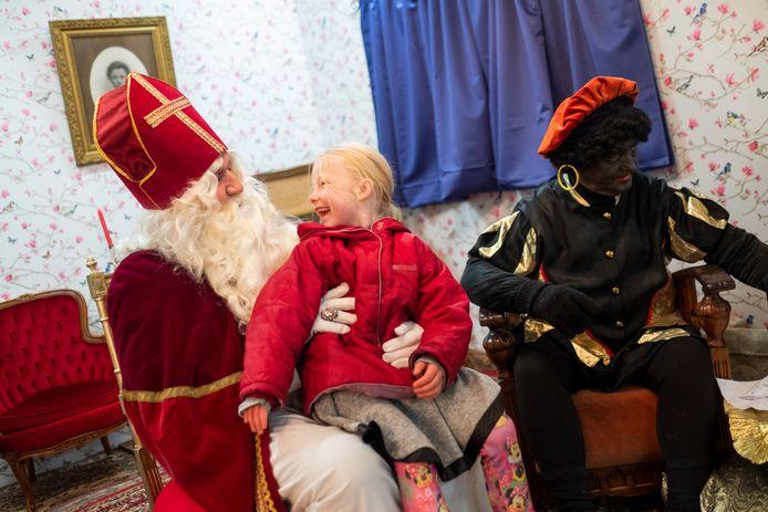 De Sint kreeg de kinderen aan het lachen.
