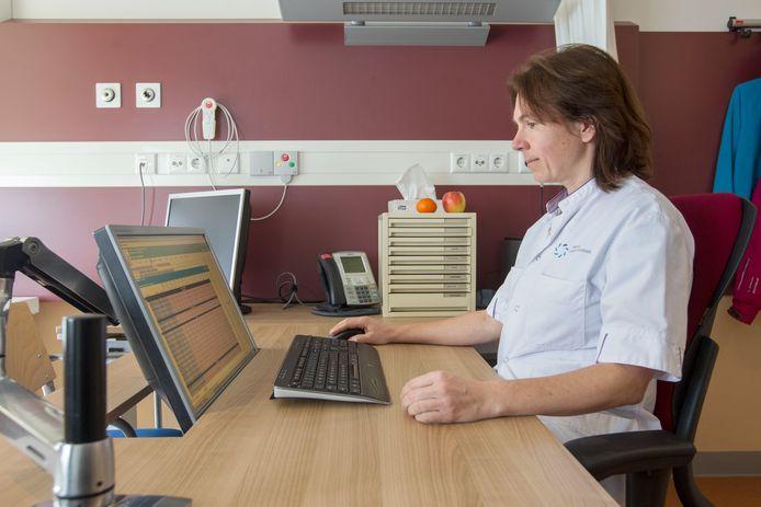 Internist Lidwine Tick van het Máxima Medisch Centrum werkt het EPD van een van haar patiënten bij. Archieffoto Jurriaan Balke/fotomeulenhof