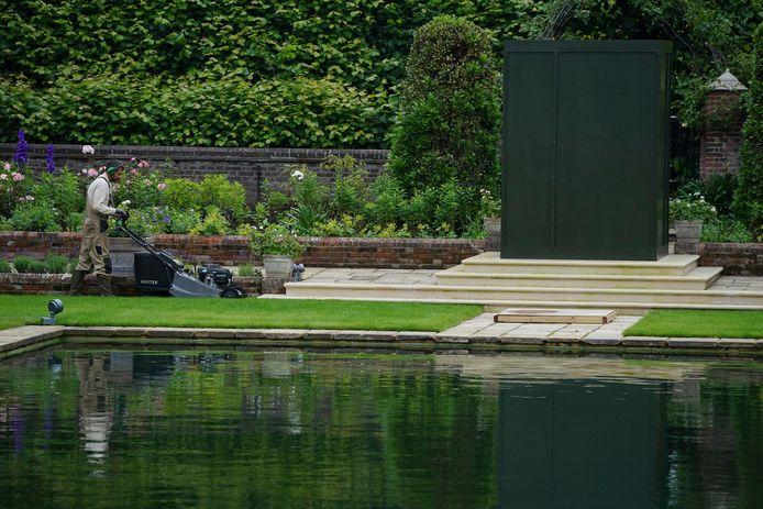 De Sunken Garden van Kensington Palace werd opnieuw aangelegd ter ere van Diana. Haar standbeeld wacht onder de groene koepel.