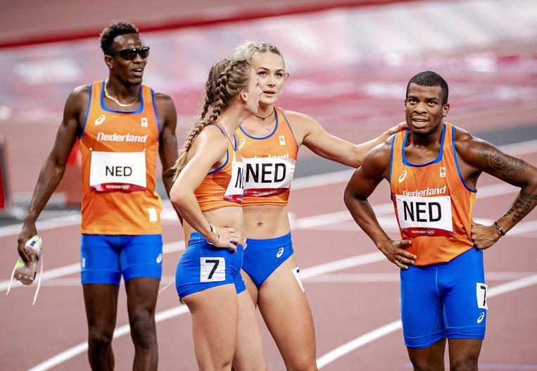 Het Nederlandse mixed estafetteteam kort na afloop van de finale zaterdag. Slotloper Ramsey Angela (rechts) lag na de laatste bocht nog op koers voor goud, maar in de laatste meters viel hij terug naar plek 4. Beeld ANP
