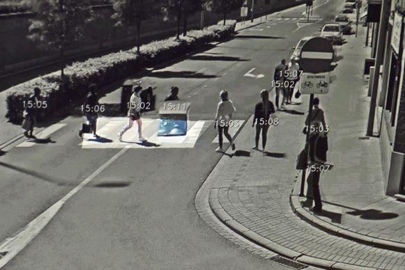 De software laat toe om, via gecomprimeerde beelden, in sneltempo te zien wie op welke lokatie (hier het zebrapad in de Spoorweglaan, vlakbij het kruispunt met de Zwevegemsestraat) is gepasseerd.