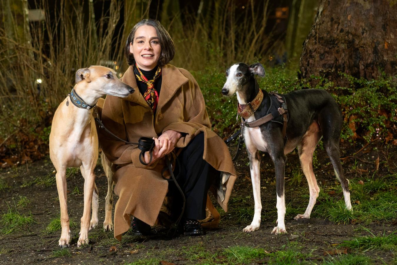 Monique Karman met haar honden Dali (bruin) en Nuńez, die uit Spanje komen.