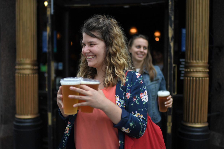 Een afhaalbiertje in Londen, eind juni. In Engeland gingen de pubs begin juli weer open. Omdat cafés en restaurants in heel Europa gesloten waren, gaven Europeanen in april en mei veel minder geld uit dan normaal.