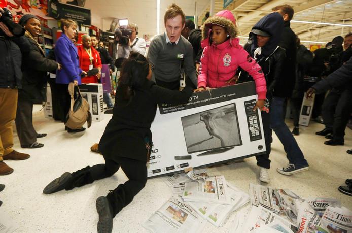 Op sommige plekken in de VS gaan mensen over lijken om de spullen te bemachtigen.