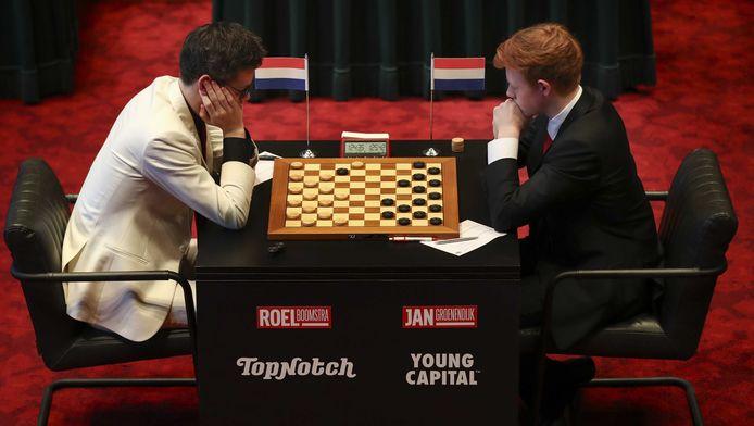 Roel Boomstra (zwart haar) in de finale tegen Jan Groenendijk.