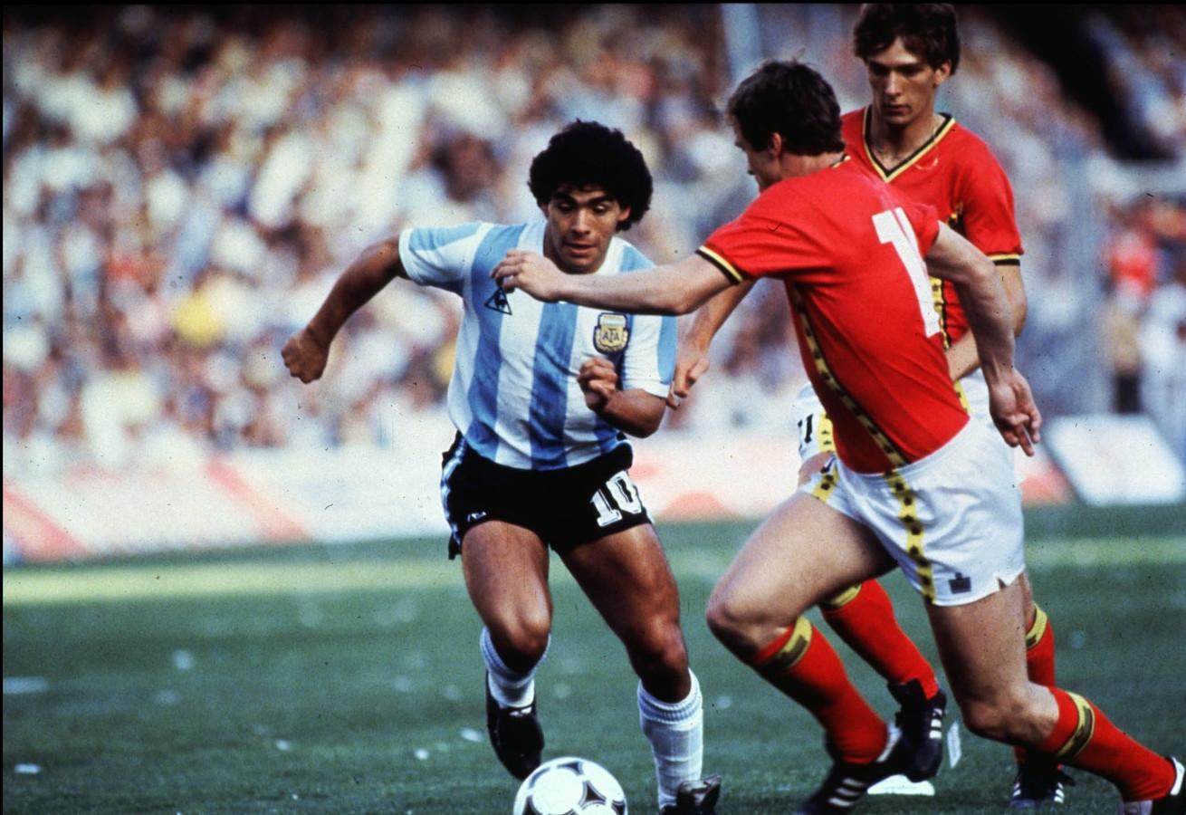 Een andere foto van Diego Maradona op het WK van 1982 tegen de Rode Duivels.