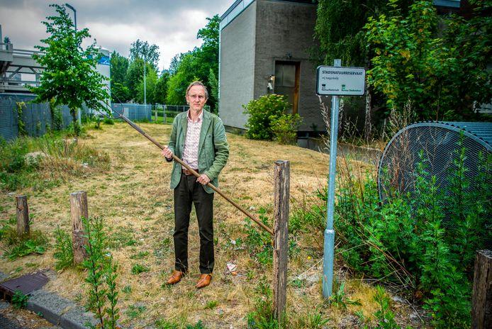 Kees Moeliker in het reservaat bij het Natuurhistorisch Museum. De gemeente is er met een grasmaaier ingereden en heeft (bijna) alles weggemaaid.