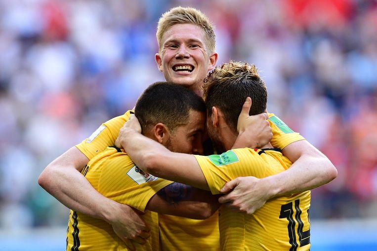 Eden Hazard (links) en Kevin De Bruyne vieren, samen met Dries Mertens (rechts), hun tweede goal tijdens de kleine finale tegen Engeland op het WK. Beeld AFP