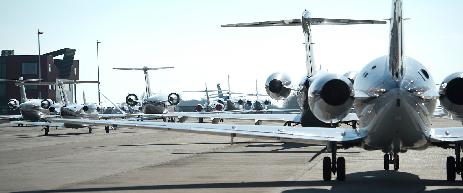 Vliegtuigen op vliegveld Maastricht Aachen Airport.