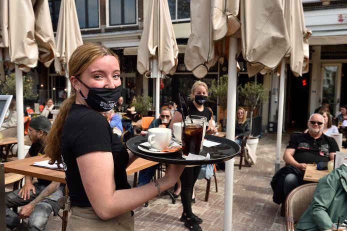 Deze serveerster in Gouda heeft er veellol in: drankjes uitdelen op een vol terras.
