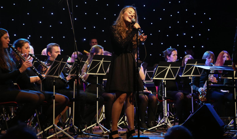 Vorige week trad Sanne Pronk nog op met de Young Ones in De Halle, volgende week is ze twee keer in een uitverkochte kerk in Biervliet.