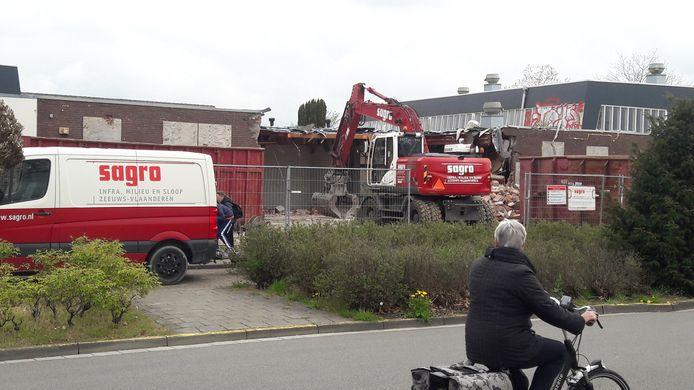 Sloop Opstandingskerk aan de Bellamystraat in Terneuzen is begonnen.