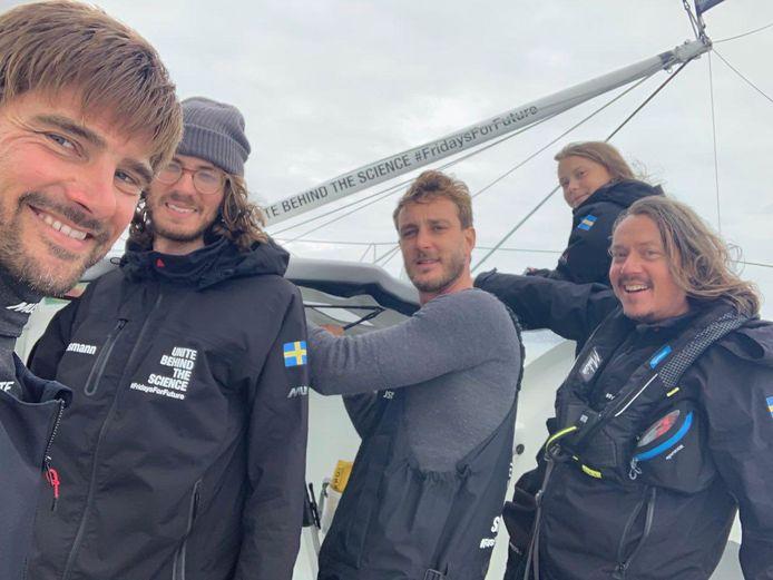 Een deel van de crew met de Duitse skipper Boris Herrmann (links), filmmaker Nathan Grossman, oprichter van het 'Team Malizia' Pierre Casiraghi, Greta Thunberg en haar vader Svante Thunberg aan boord van het jacht Malizia II