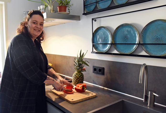 Hobbykok Kim van de Velde bezig in haar keuken.