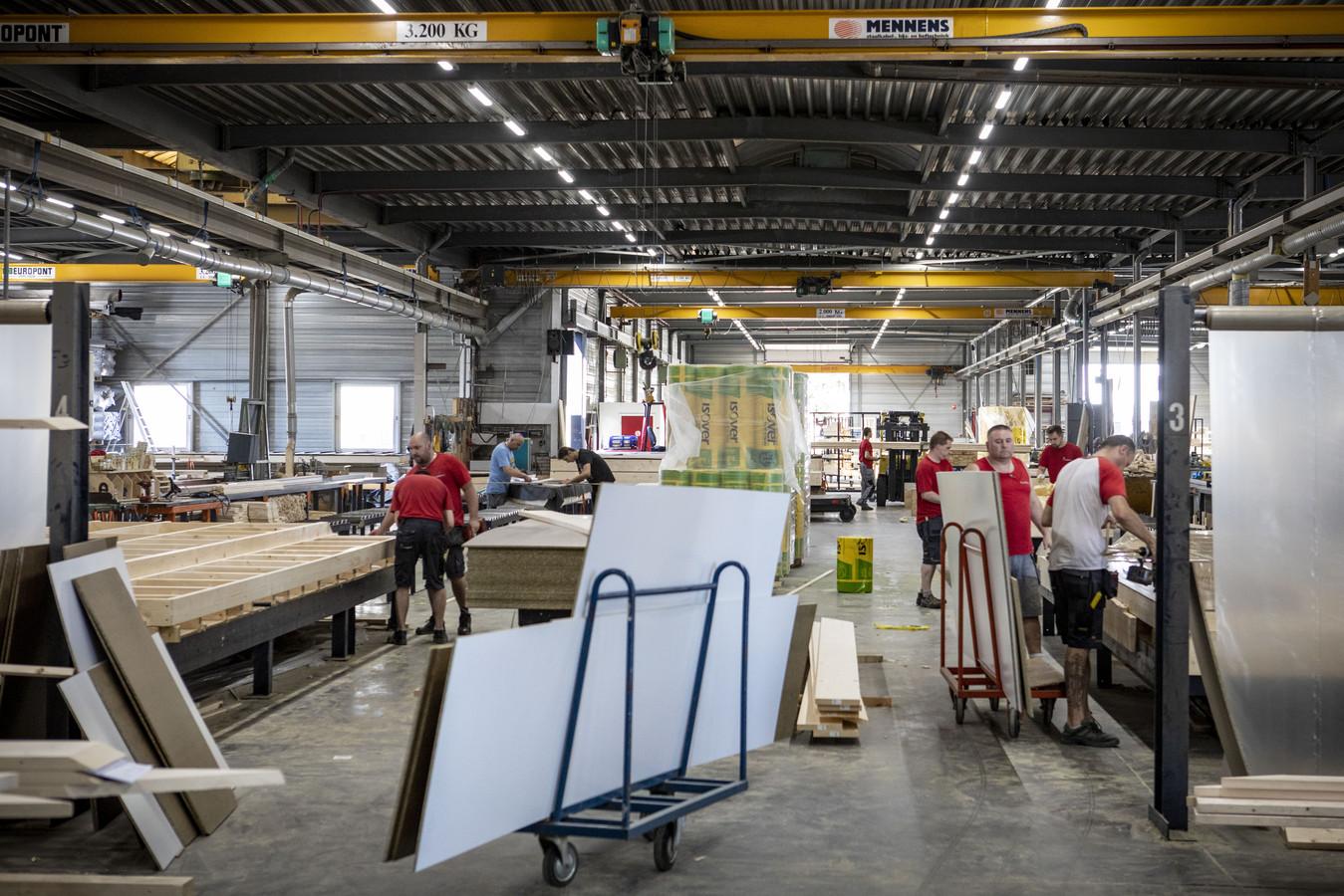 Poolse arbeidsmigranten aan het werk in de hal van de Bouwgroep Huiskes in Tubbergen. Huiskes heeft 45 Polen aan het werk.