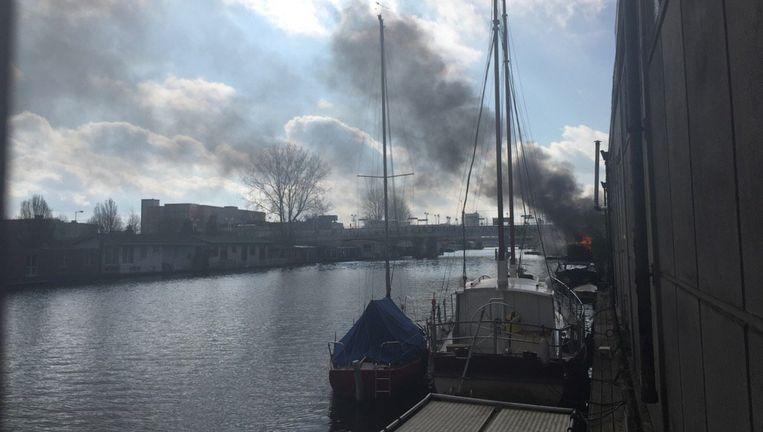 De brand woedde op een woonboot aan de Joan Muyskenweg Beeld Dirk te Winkel