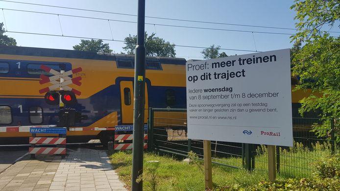 De spoorwegovergang in Wolfheze zit vaker dicht door een proef van de NS en ProRail met een tien minutenregeling voor intercity's.