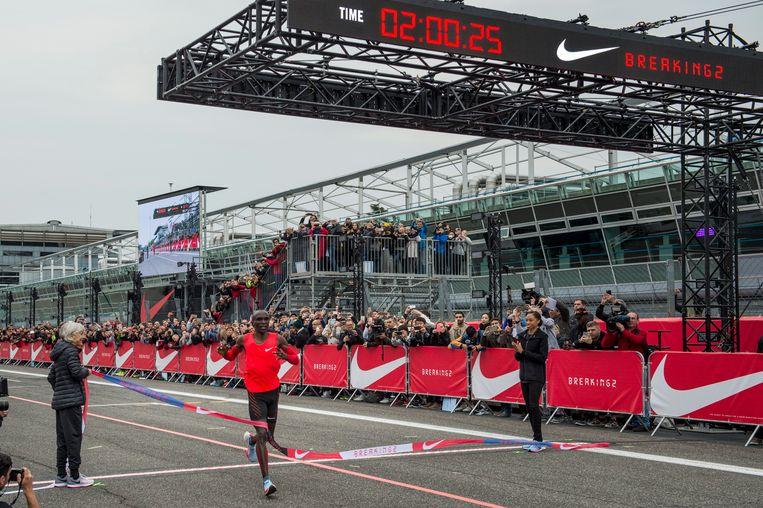 De Keniaan Eliud Kipchoge passeert de meet op het circuit van Monza. Beeld EPA