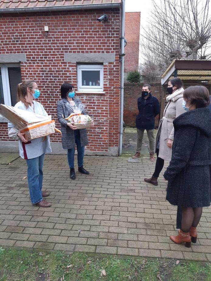 CD&V Stabroek overhandigt manden vol lekkers aan Vluchtheuvel, een dagcentrum voor mensen met een beperking